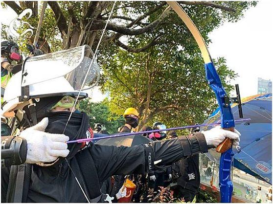 14日上午,有暴徒向防暴警察射箭(图片来源:理大校园电台)