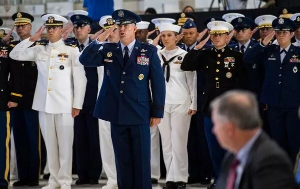 ▲来自美军各军种太空部队的官兵参加太空司令部组建仪式。(美国国防部网站)