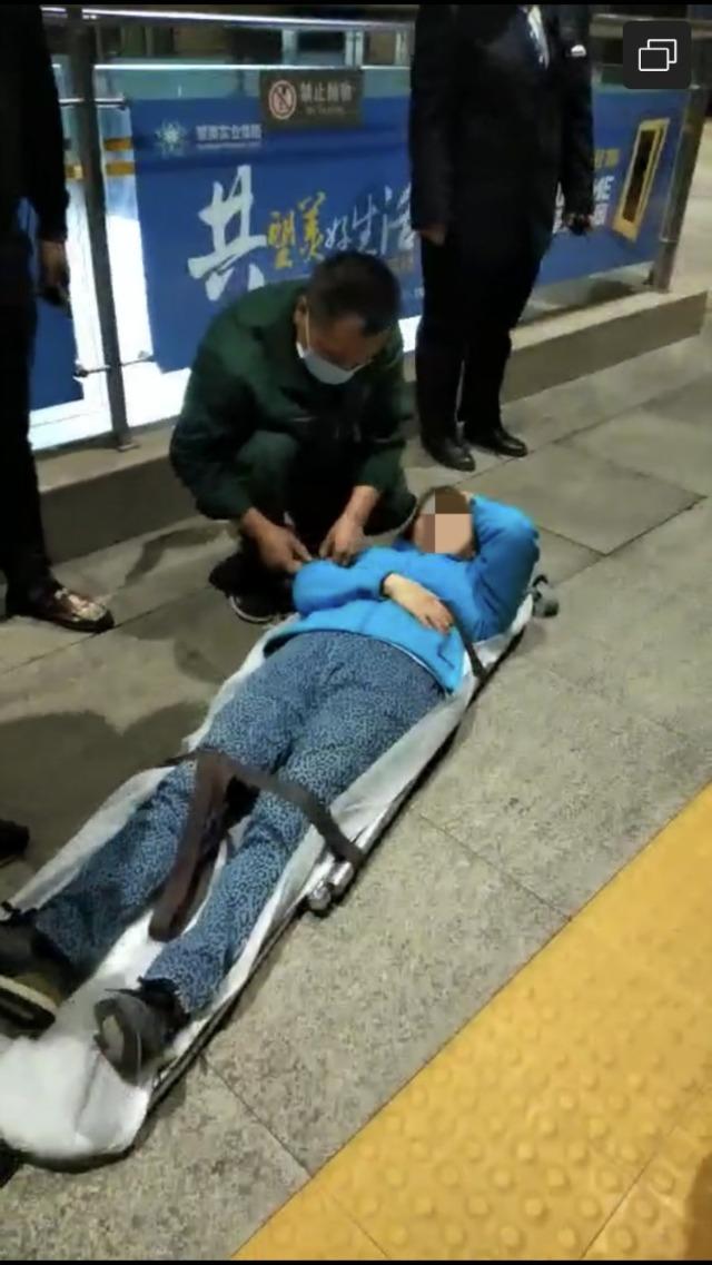 老人列车上突发疾病,热心人一路护送回京