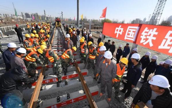 银川至西安高铁开始铺轨 设计时速250公里