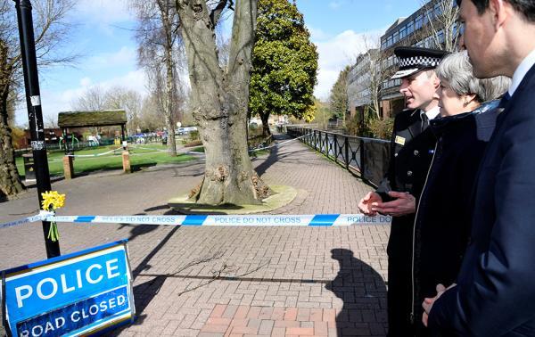 英国首相特蕾莎·梅访问俄前双面间谍中毒案发现场。 视觉中国 图