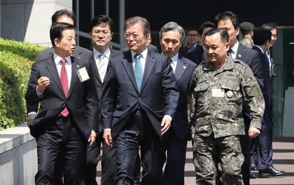 2017年5月17日,韩国总统文在寅出面巡视国防部 资料图