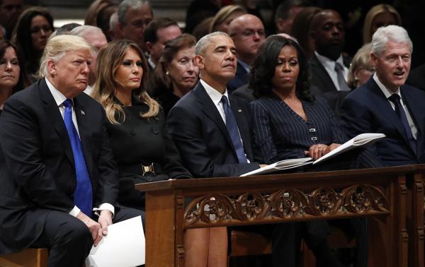 當地時間2018年12月5日,美國華盛頓,美國國家大教堂舉行第41任總統老布什葬禮,美國現任和前任總統出席儀式,川普全程和克林頓夫婦無交流,僅與奧巴馬握了手。 視覺中國 圖