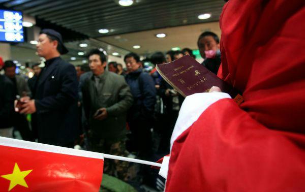 2011年3月1日,在約旦首都安曼的阿利婭國際機場,從利比亞撤離的中國工人等候辦理轉機手續。(新華社發)