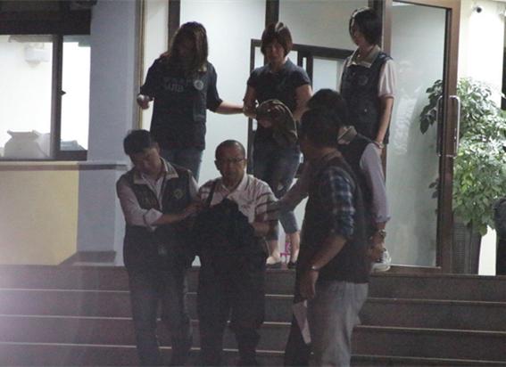 """""""台湾民政府""""发起人、秘书长林志升(前中)、林妻林梓安(后中)被桃园地检署声请羁押"""