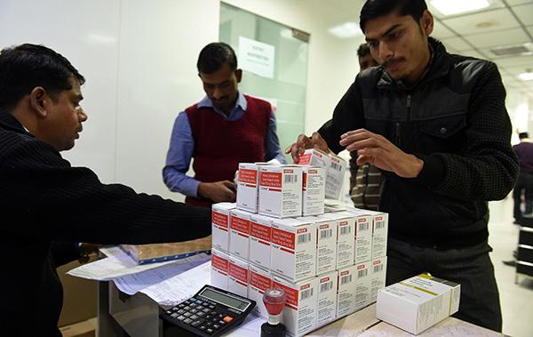 """20世紀70年代至今,印度製藥產業遵循了""""大宗原料藥—特色原料藥—專利仿製藥(不規範市場)—通用名藥物(規範市場)—創新藥物""""的發展路徑。圖爲印度民衆在首都新德里某藥店裏購買仿製藥。視覺中國 圖"""