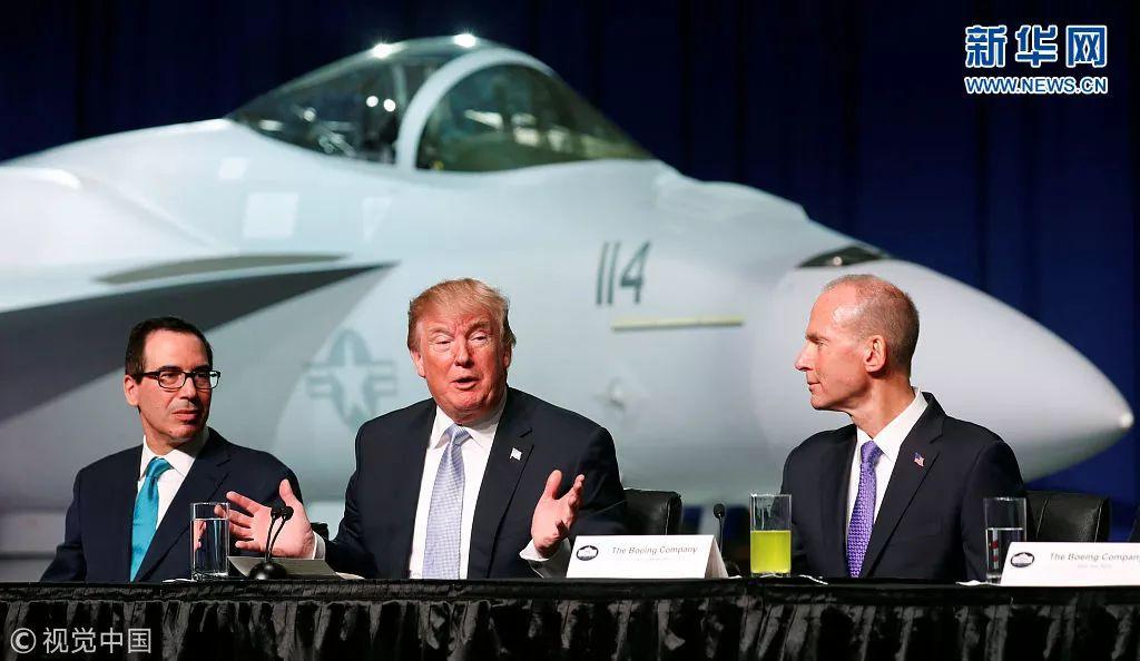 ▲资料图片:3月14日,美国总统特朗普(中)参观波音公司。此次中美贸易摩擦涉及波音飞机。