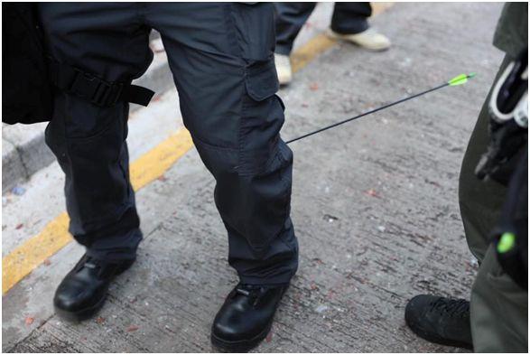 <b>箭穿小腿钢珠崩脸 香港警察遭暴徒致命攻击|钢珠</b>