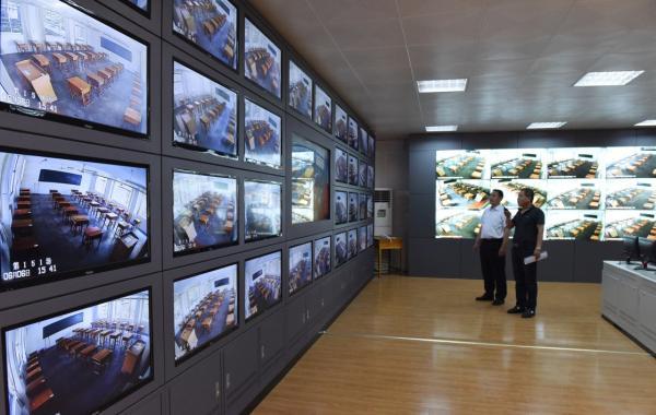 6月6日,山东沂南县山大华特卧龙学校的工作人员在调试考场监控设备。 新华社 图