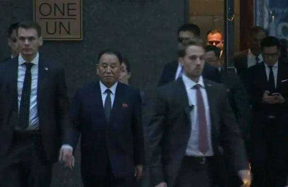 </div> <p>  据韩联社6月3日报道,金英哲在美国当地时间6月2日下午3时30分左右离开位于纽约曼哈顿的曼哈顿千禧酒店,预计将在4点50分于纽约肯尼迪国际机场乘坐中国国际航空公司的CA982航班经北京返回平壤。</p> <p>  除了在中午访问了附近的朝鲜驻联合国代表处外,金英哲并未安排任何行程,对于记者的提问也未作任何回答。</p> <p>  据日本放送协会(NHK)预测,金英哲将在6月3日晚上9点抵达北京,他将在中国滞留一晚后,于明天返朝。</p> <p>  作为18年来访问美国的朝鲜最高级别人士,美方对金英哲的警备工作一直都很重视,这次也不例外。</p> <div> <div class=