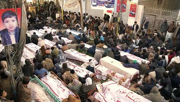 2013年台球厅袭击案后,哈扎拉人以抬棺示威、拒绝下葬。
