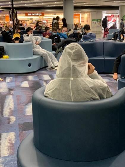 香港机场的候机乘客。