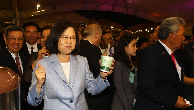 蔡英文大喝珍珠奶茶(图片来自台媒)