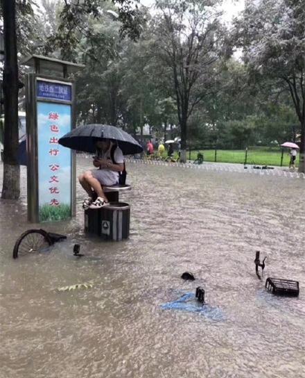 """北京暴雨多地积水 故宫""""千龙吐水""""避免看海(图)"""