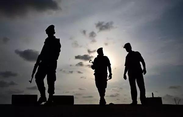 4月23日,在斯里兰卡首都科伦坡,几名士兵在一座酒店附近巡逻。 新华社 图