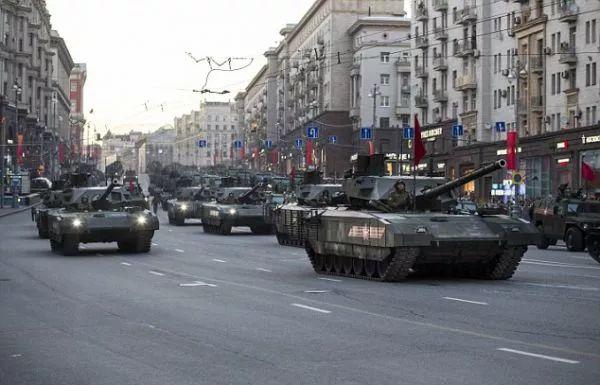 ▲资料图片:行驶在莫斯科街头的T-14坦克方队