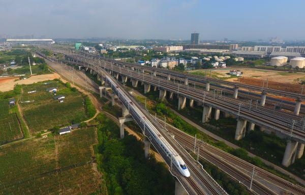 资料图:动车在南宁屯里大桥上行驶 新华社记者 黄孝邦 摄