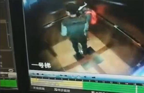 监控视频中(疑似)外卖人员,在大楼电梯内对一儿童有(疑似)猥亵行为。 本文图片均来自微博@上海播报
