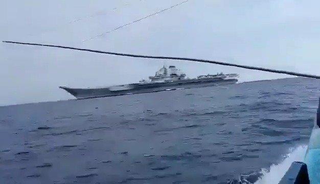 """越南渔民在南海遇到中国海军""""辽宁""""号航母。"""