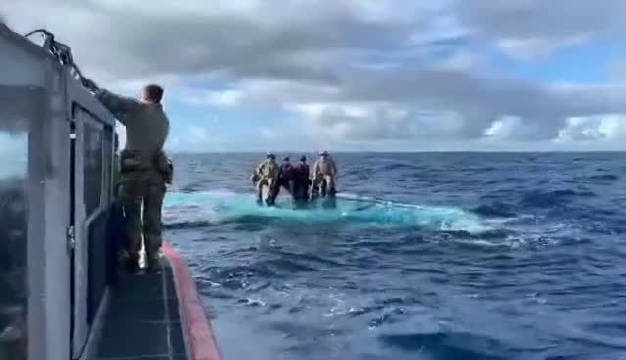 近日,东太平洋国际水域,美国海岸警卫队拦截一艘可疑的半潜走私船