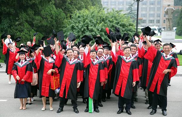 欢庆毕业。
