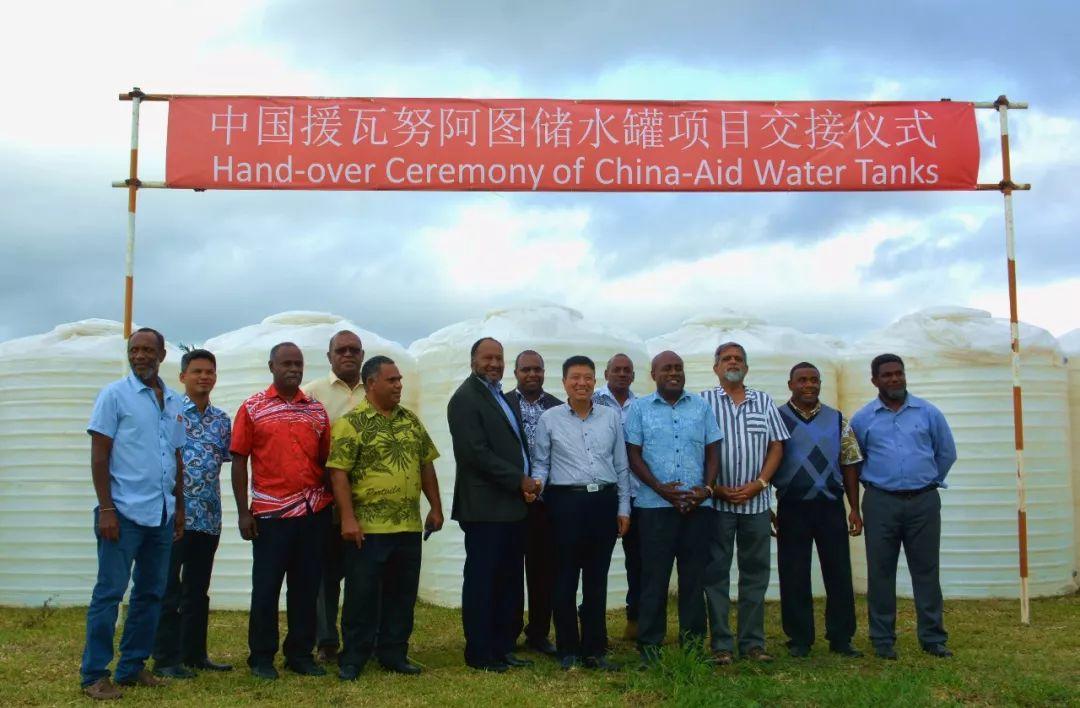 ▲应瓦方请求,中国向瓦援助146个储水罐,将帮助瓦解决居民饮水困难,促进农村地区发展。(中国驻瓦努阿图大使馆)