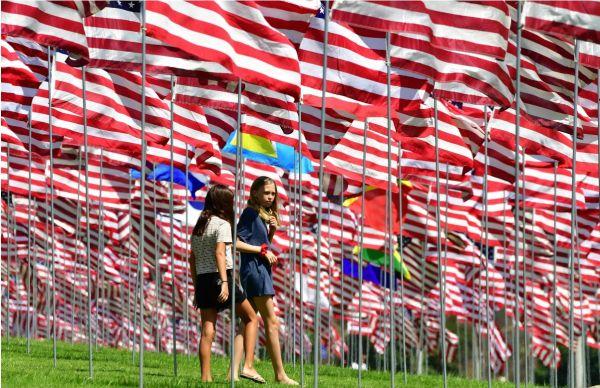 10日,人们参观佩珀代因大学为纪念9·11遇难者而设的国旗海。(法新社)