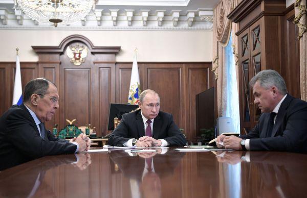 2月2日,在俄罗斯莫斯科,俄罗斯总统普京(中)会晤外交部长拉夫罗夫(左)和国防部长绍伊古,并宣布俄暂停履行《中导条约》义务。