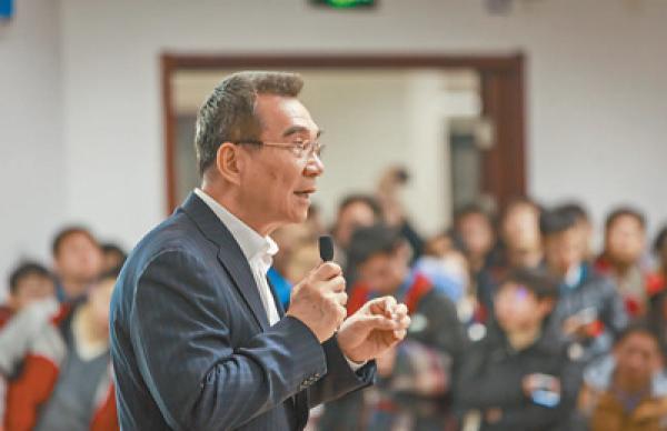 林毅夫在高校做演講。 影像中國 圖