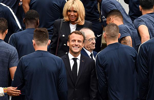 """2018 </div> <p></p> <p>  法国总统马克龙是个货真价实的足球迷,而且踢得一脚好球。他不仅是法国史上最年轻的总统,还曾是法国足协的注册球员,甚至被法媒称为""""最会踢球的总统""""。</p> <p>  据英国《每日邮报》报道,马克龙从小酷爱足球,是个狂热的马赛队球迷。他曾在个人社交网站上表达过对这支法甲老牌劲旅的支持:""""为什么支持马赛?因为他们能使我怀揣梦想,能让我泪流满面,能让我振臂高呼。""""</p> <p>  马克龙曾是法国足协注册的业余足球运动员。2004到2007年间,每周六上午,他都会与同伴共同参加法国足协举办的业余足球联赛,并担任左边后卫。</p> <p>  可能是足球上的这种渊源,在竞选法国总统时,皇马主帅齐达内以及阿森纳主帅温格都选择了支持马克龙。</p> <p>  2007年是马克龙作为业余球员的最后一年,之后便在政坛、银行投资界之间来回奔波。对于自身在足球上的造诣,马克龙曾坦陈还略欠火候:""""虽然技术不太好,但我的球风很凶猛。我是那种在球场上从不轻言放弃的人。""""</p> <p>  自1998年开始,法国总统在世界杯赛前探望球员成为惯例。今年6月,马克龙探望法国男足时说:""""等到你们(法国队)进入四强后,我会亲自前往俄罗斯观赛助威。""""</p> <p>  """"我说的是'等到'而不是'如果',我感觉球队(法国队)已经准备好了要把奖杯带回法国。""""</p> <div> <div class="""