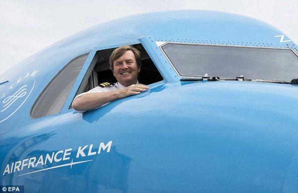 荷蘭國王威廉-亞歷山大在一傢荷蘭皇傢航空公司的飛機�堙A望向窗外(資料圖)。