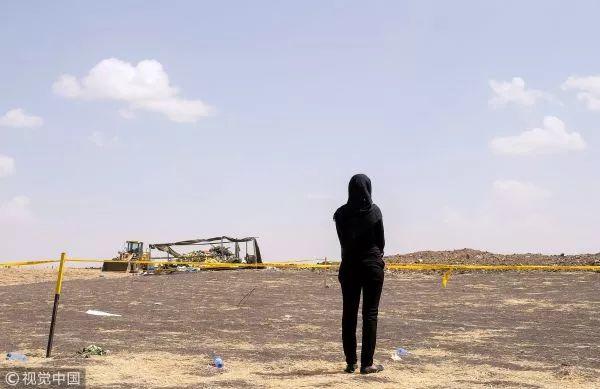 ▲3月14日,失去親人的埃塞俄比亞人在墜機現場痛哭哀悼。(視覺中國)