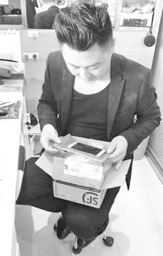 陈宇向记者展示当时邮寄手机时的快递盒。