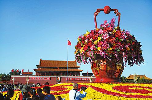 """2012年,以""""祝愿故国""""巨型花篮为主景的国庆花坛初次表态。李继辉/摄"""