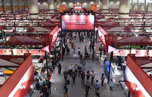 资料图:2018年4月19日,客商在广交会展馆里参观选购。 新华社记者 卢汉欣 摄