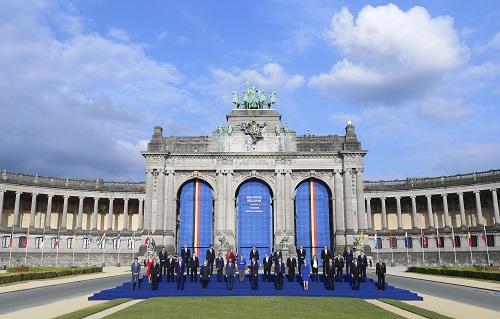 2018年7月11日,北约领导人在比利时布鲁塞尔举行的北约峰会期间合影。 新华社记者叶平凡摄