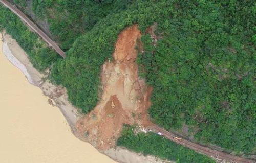 宝成铁路因山体崩塌运输中断 铁路部门启动应急预案
