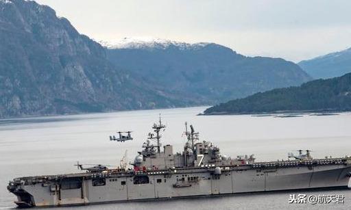 准航母着火,被无人机抵近侦察并围观,最强海军的日子不好过