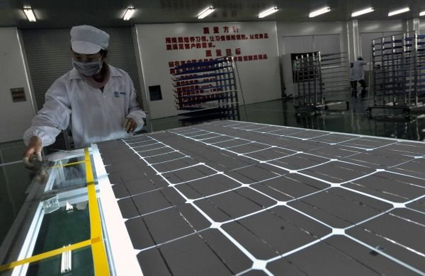 资料图:2011年3月14日,在广西桂林市兴安县太阳能光伏产业园,,桂林尚科光伏应用有限公司的职工在检测产品。新华社记者 陈瑞华 摄