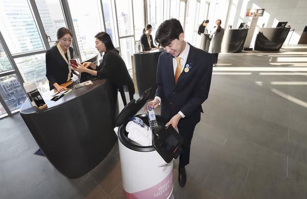 韩国电信公司推出服务机器人 可
