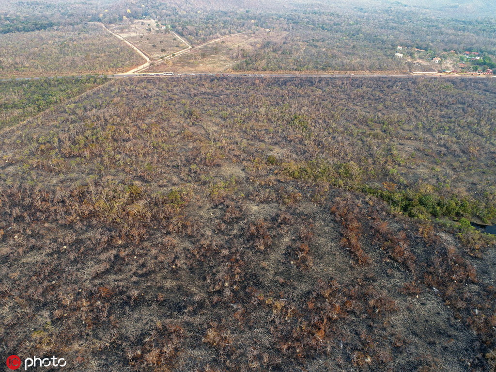 2019年8月20日,巴西马托格罗索州,俯瞰当地被大火烧焦的雨林地带。 图自IC Photo