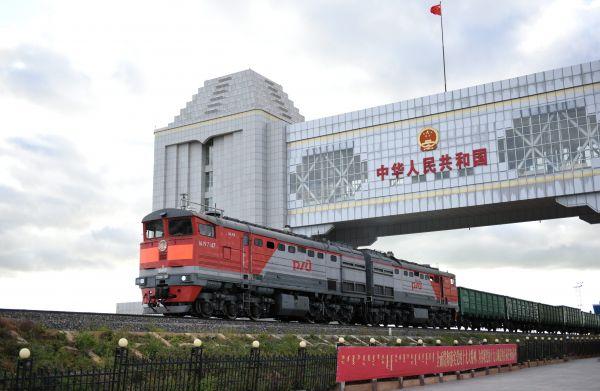 9月4日,一列来自俄罗斯方向的火车驶过满洲里国门。满洲里见证了中俄边境贸易转型升级,丰富多样的进出口商品让中俄消费者受益。(张新晶 摄)