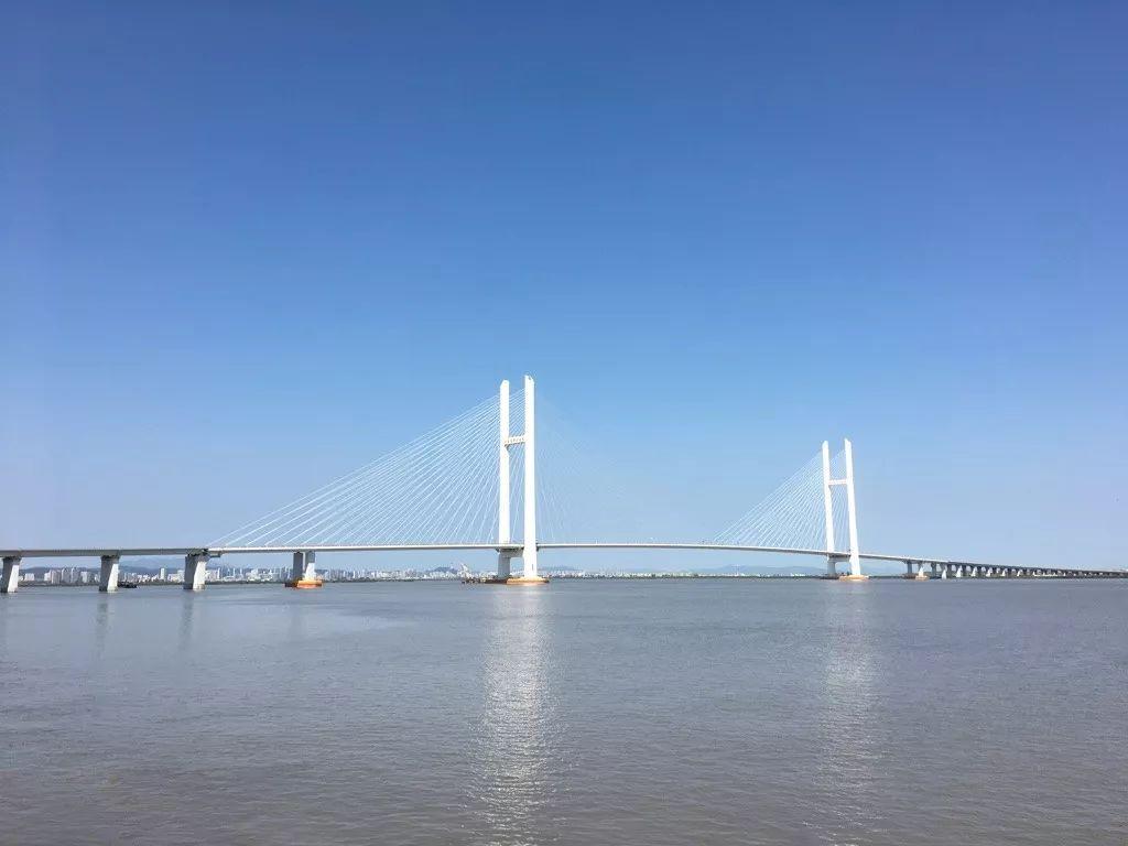 ▲新鸭绿江大桥,是一座用以连接中国辽宁省丹东市和朝鲜新义州的高速公路桥。(维基百科)