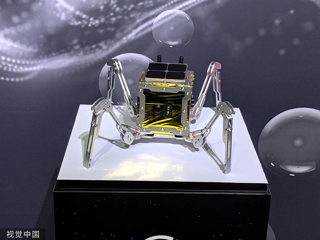 本地工夫2019年10月10日,英国伦敦,一辆新的微型机械人月球车正在本地表态展出,该月球车估计将于2021年登月停止摸索。(图源自视觉中国)