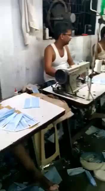 视频来自网络,据说是印度口罩的生产过程。
