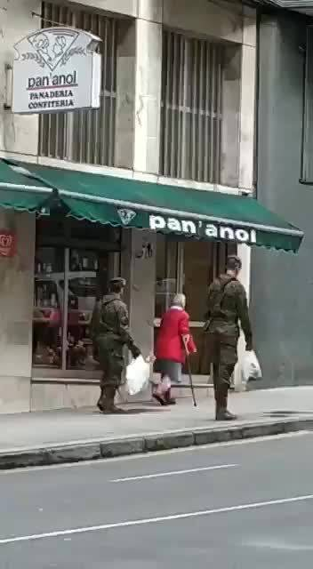 西班牙封国期间,一位老奶奶独自上街买菜