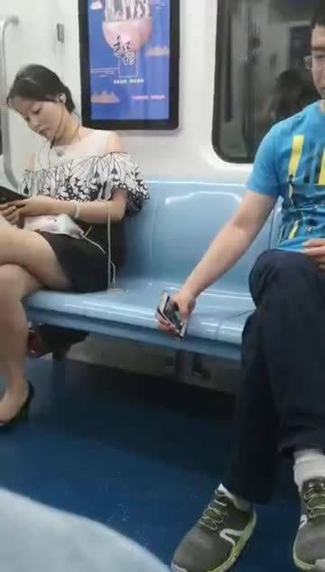 男子列车上偷拍女士……