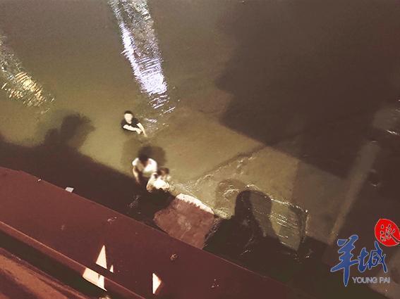 3名年轻人不慎被困珠江淤泥中越陷越深,军警民三方合力营救