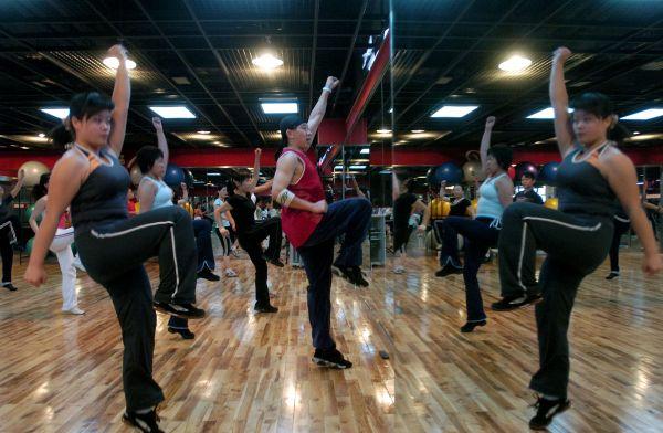 图为一些市民在健身房里跳健美操。新华社记者江宏景摄