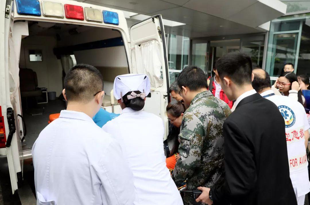 医护人员到机场接伤员。